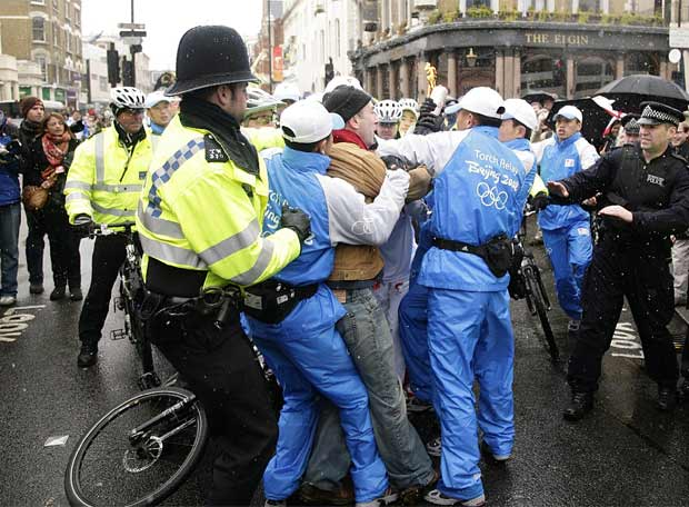 Protestas al paso de la antorcha olímpica por Londres