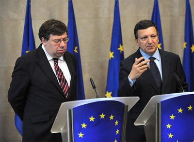 El primer ministro irlandés, Brian Cowen, a la izquierda, y el El presidente de la Comisión Europea, José Manuel Durâo Barroso, a la derecha, comparecen en rueda de prensa.- AFP