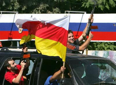 Ciudadanos de Tsjinvali celebran con disparos al aire el reconocimiento de su independencia por parte de Rusia.- AFP