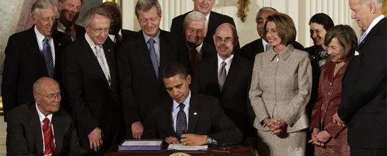 Obama firma la ley sanitaria en la Casa Blanca rodeado de los legisladores