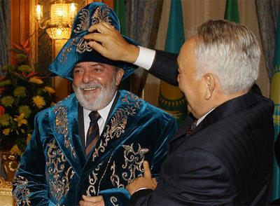 Lula, vestido al estilo kazajo, ayer junto al presidente de Kazajistán, Nursultán Nazarbáyev