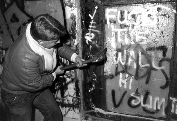 Derribando el muro  - A golpes