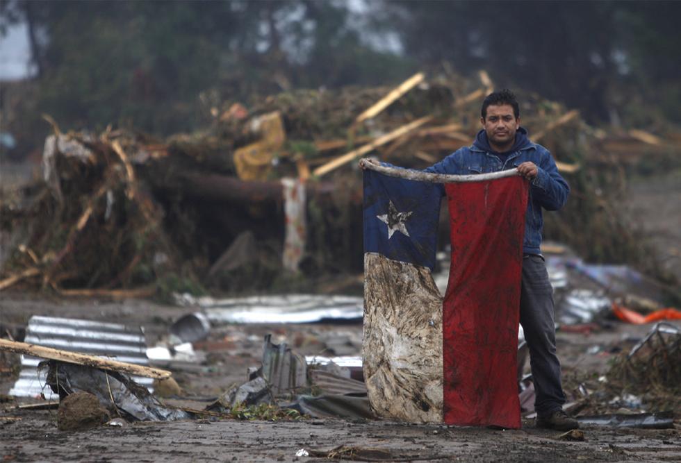 Bandera entre escombros