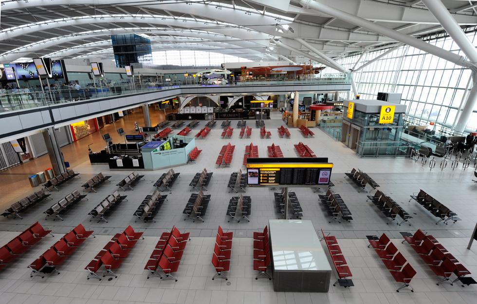 Las cenizas de un volcán en Islandia alteran los vuelos de Europa   - La mayor crisis de la aviación europea