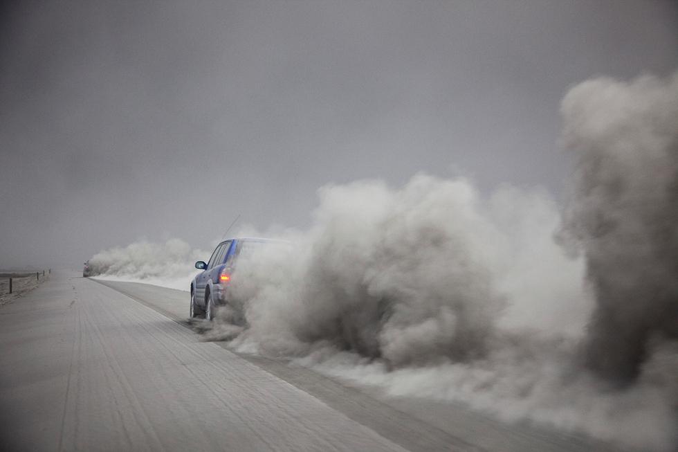 Las cenizas de un volcán en Islandia alteran los vuelos de Europa   - Cenizas en la carretera