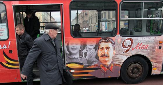 La desestalinización: coartada para las élites en el poder y los fascistas - Página 2 Autobus_retratos_Stalin_recorre_San_Petersburgo