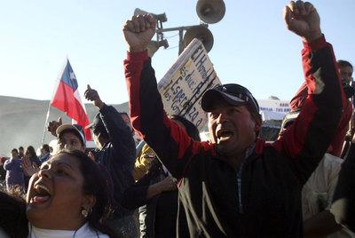Explosiones de júbilo, alegría en los familiares de los mineros, en todos los chilenos en el mundo!