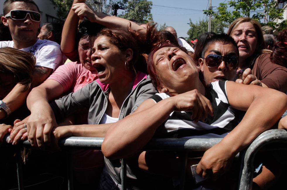 Desesperación. Familiares de los presos de San Miguel, escuchan los nombres de los presos muertos en el incendio.- AP