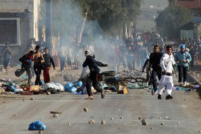 Un grupo de jóvenes tira piedras durante los enfrentamientos con la policía en un barrio de Orán, en Argelia.- FRANCE PRESSE