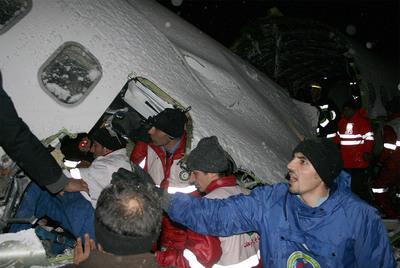 Al menos 30 supervivientes tras estrellarse un avión en Irán