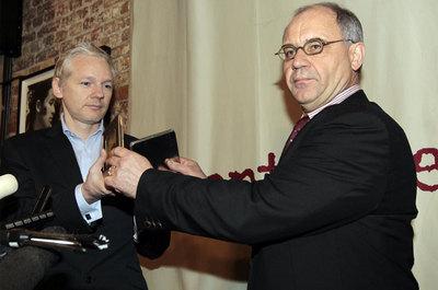 Julian Assange y Rudolf Elmer, durante la entrega en Londres de los datos con las cuentas bancarias.-