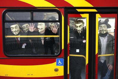 La Policía española golpea a Anonymous