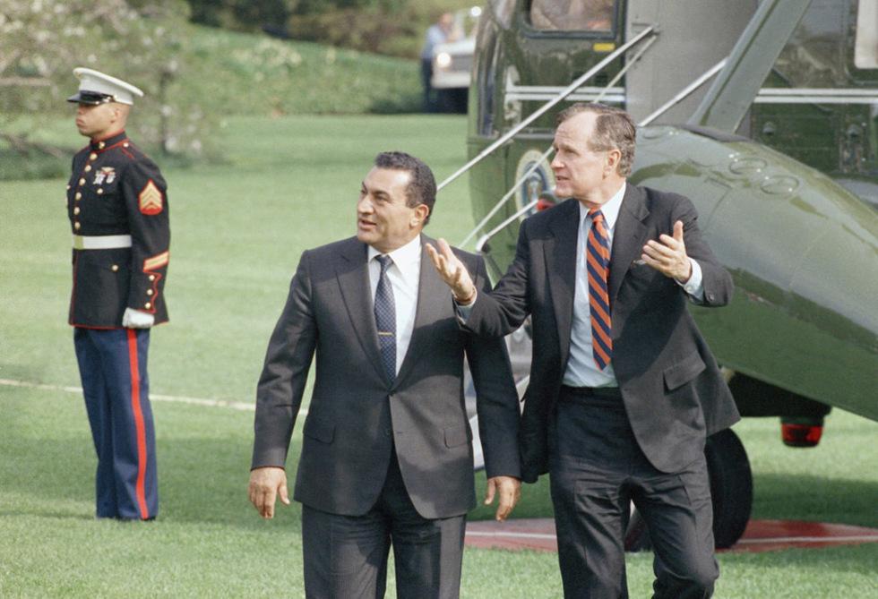 Las tres décadas de Mubarak en el poder  - Mubarak y George H. W.  Bush