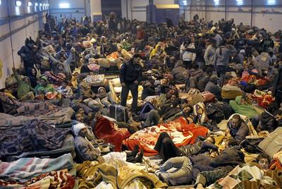 Una multitud de refugiados huidos de Libia