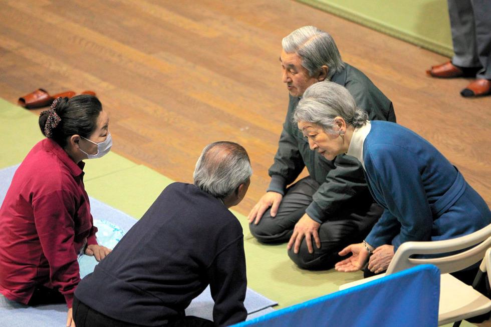 Los emperadores de Japón visitan a víctimas del terremoto  - Visita a los afectados