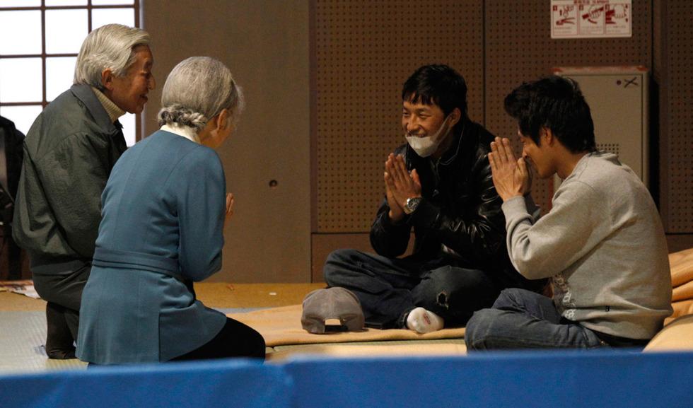 Los emperadores de Japón visitan a víctimas del terremoto  - Agradecimiento