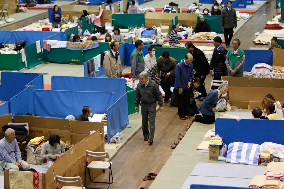 Los emperadores de Japón visitan a víctimas del terremoto  - Familias
