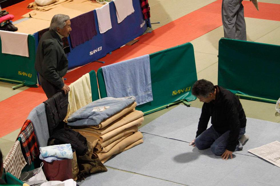 Los emperadores de Japón visitan a víctimas del terremoto  - La catástrofe, de cerca