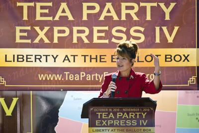 Sarah Palín habla a la multitud en un acto del Tea Party, en Reno (Nevada), el 18 de octubre de 2010.- AP