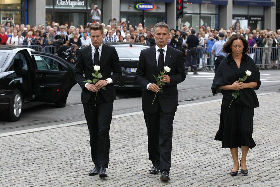 Doble atentado en Noruega - El primer ministro llega al funeral