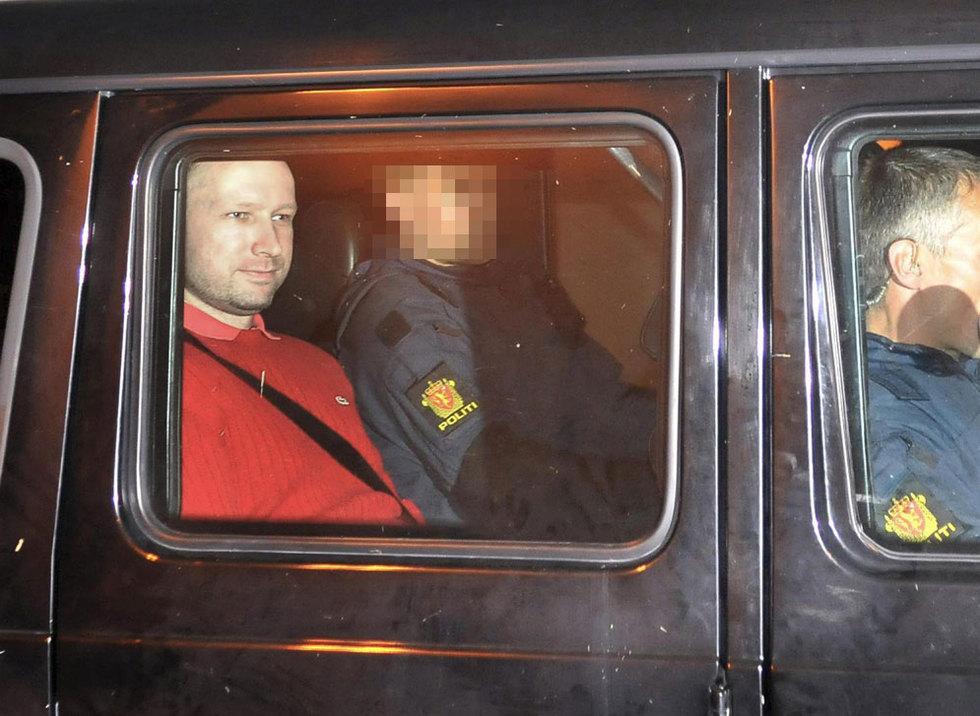 Al autor confeso del doble atentado en Oslo declara ante el juez