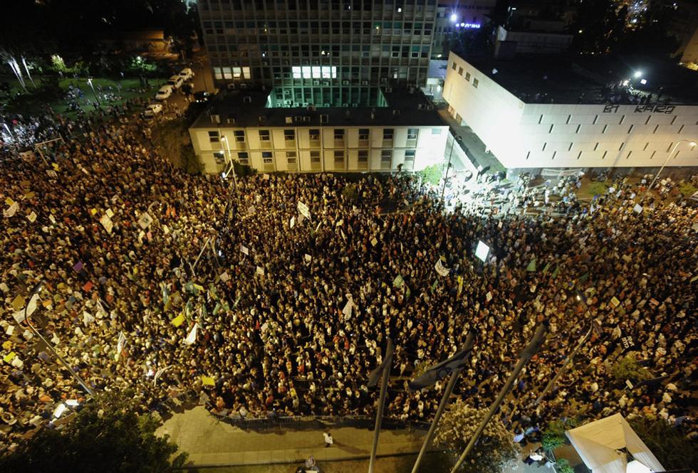 Miles de personas protestan en el centro de Tel Aviv