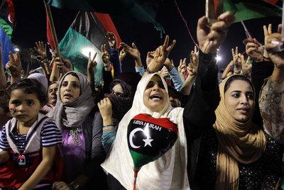 LOS ISLÁMICOS EXTREMISTAS TE DAN EL VENENO. LOS MODERADOS NADA MÁS TE DAN EL VASO, PARA QUE TE LO BEBAS  Yalil_dirige_multitud_congregada_Tripoli