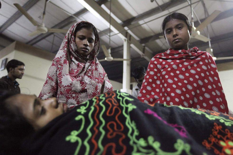 """En Bangladesh, los asesinos del """"prêt-à-porter"""". La máquina de coser del mundo. 1353822151_461933_1353822680_sumario_grande"""