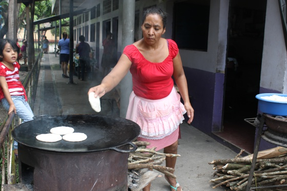 En centroam rica cocinar tortillas causa muerte prematura for Cocinar para 40 personas