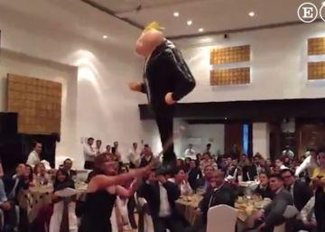Senadores del PRD se divierten golpeando una piñata de Trump