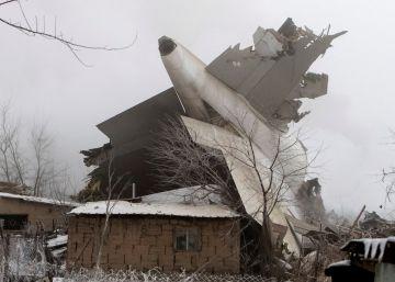 37 muertos en Kirguizistán al caer un avión de carga sobre unas viviendas