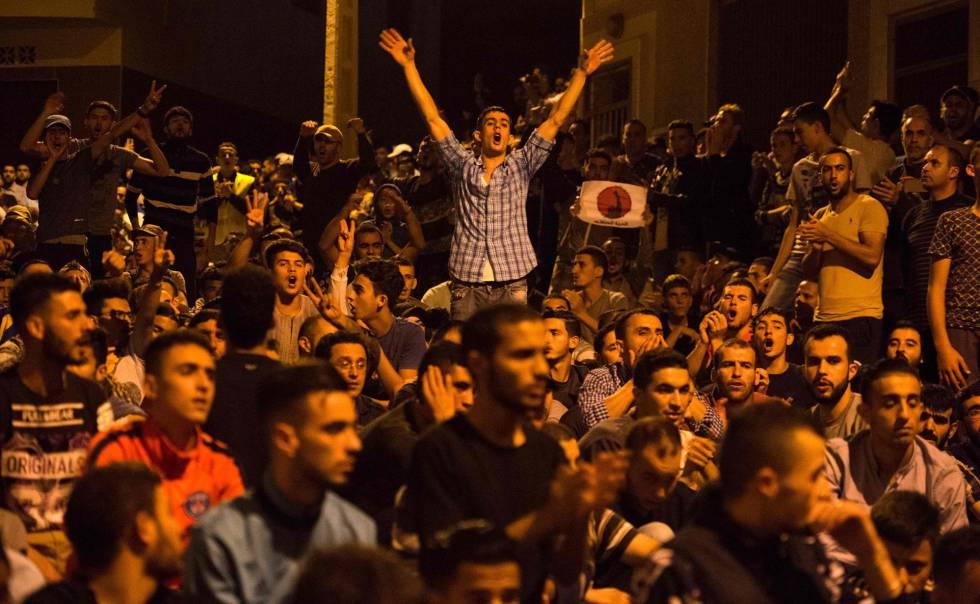 La policía reprime con violencia la creciente protesta en Alhucemas