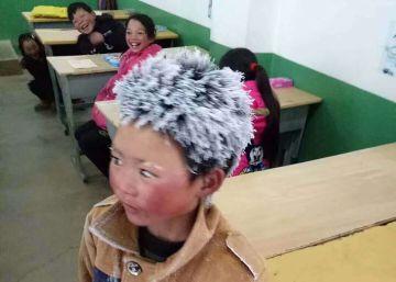 La historia detrás de la conmovedora imagen de un niño que llega congelado al colegio
