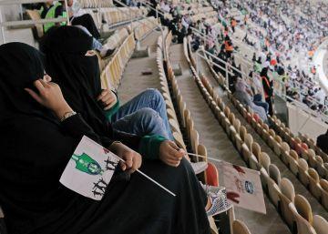 La mujeres de Arabia Saudí asisten a un partido de fútbol por primera vez