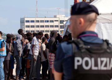 Italia avisa de que cerrará sus puertos a un barco de rescate con más de 600 migrantes