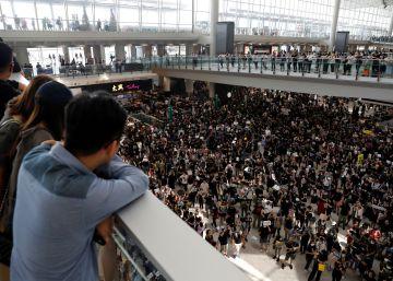 La policía carga contra los manifestantes en el aeropuerto de Hong Kong el segundo día de bloqueo