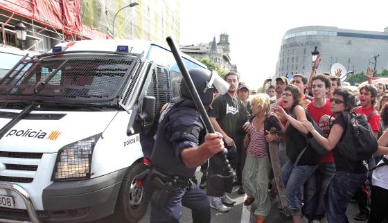 Los 'indignados' recuperan la plaza de Catalunya tras la retirada de la policía.  1306489864_137130_1306491247_normal