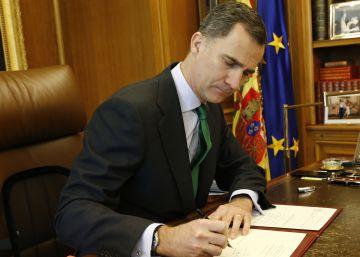 El Rey firma el decreto de convocatoria de elecciones
