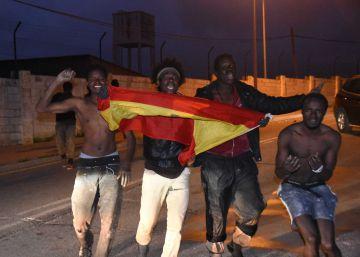 Entre 150 y 200 inmigrantes fuerzan una puerta de la valla y entran en Ceuta