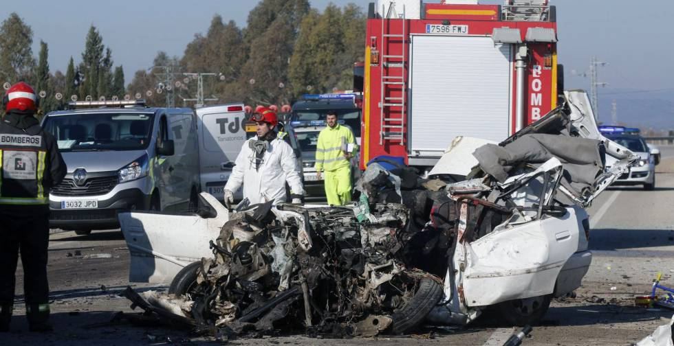 Un fallecido tras una colisión de un autobús y un turismo en Córdoba