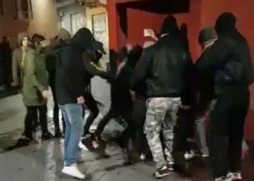 Herida una joven tras recibir una paliza de encapuchados en la puerta de un bar