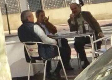 El juez que investiga al presidente de Murcia, fotografiado con un dirigente del PP