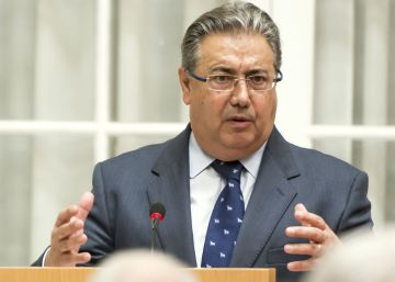El ministro del Interior condecora al hermano mayor del Cristo de la Legión de Málaga