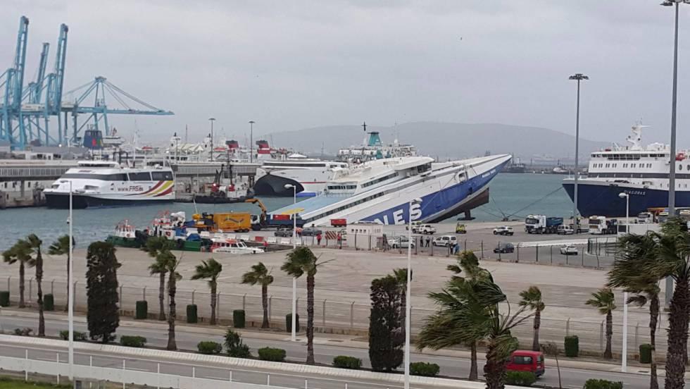 V deo se hunde un ferry que llevaba cuatro a os abandonado en el puerto de algeciras espa a epv - Puerto de algeciras hoy ...