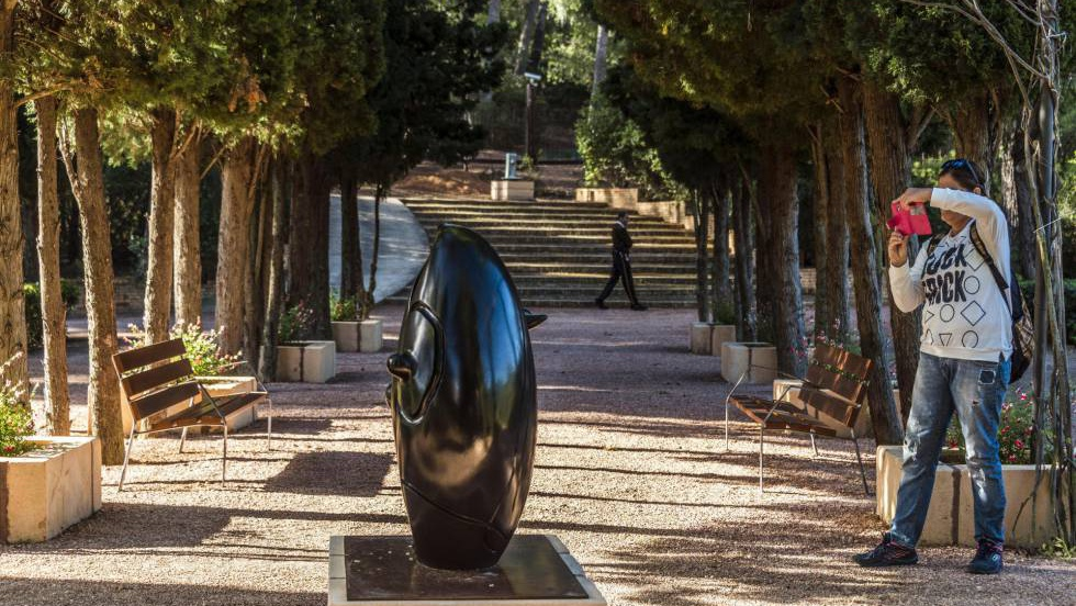 V deo paseos entre rosales y esculturas de mir en los for Esculturas en jardines