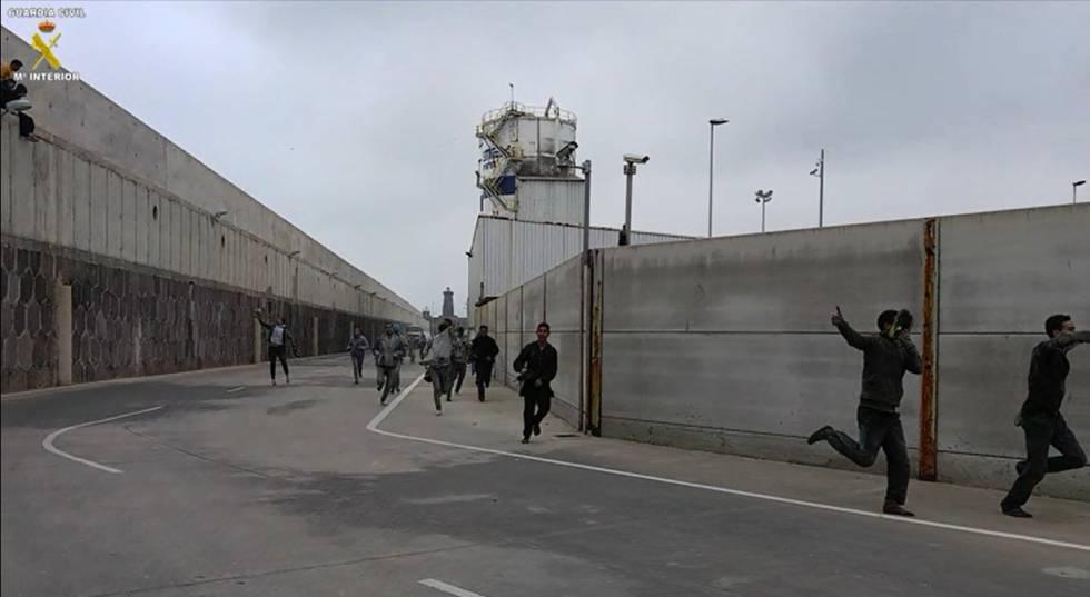 La Guardia Civil localiza a más 150 polizones en un día en el puerto de Melilla