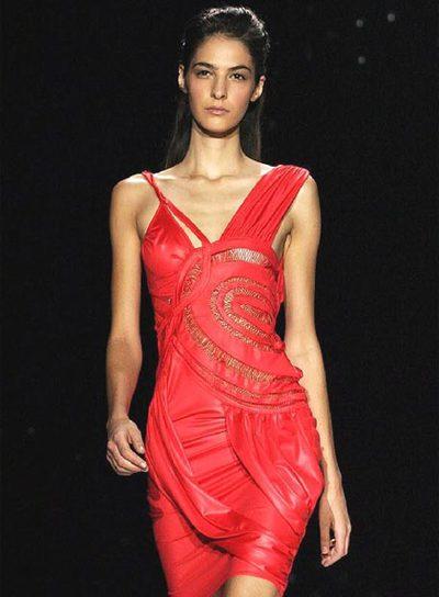 EL RINCÓN DE LA BELLEZA por Andrómeda - Página 27 Modelo_desfila_Semana_Moda_Milan_2004