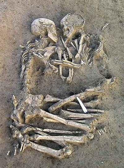 """No se puede mostrar la imagen """"http://www.elpais.com/recorte/20070207elpepusoc_3/XLCO/Ies/restos_esqueletos_hallados_Mantua_unidos_abrazo_datados_hace_5000_6000_anos.jpg"""" porque contiene errores."""