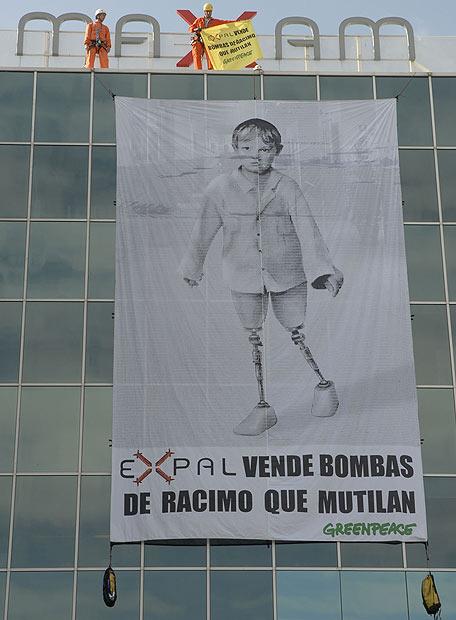 Pancarta colocada por escaladores de Greenpeace en la fachada de la empresa Expal.- GREENPEACE