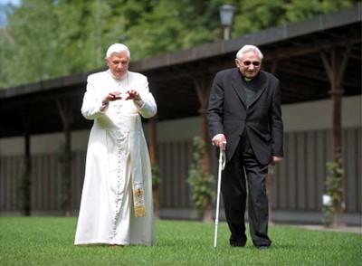 El Papa pasea junto a su hermano Georg Ratzinger por los jardines de su residencia de verano en Bressanone (Italia) en julio pasado